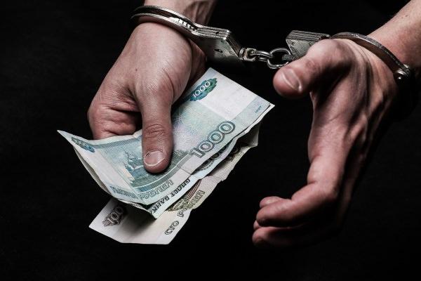 Деньги в руках с наручниками